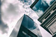 Vista di angolo basso delle costruzioni corporative immagini stock