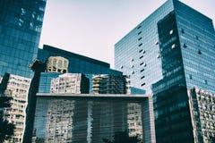Vista di angolo basso delle costruzioni corporative e commerciali moderne di architettura Fotografie Stock