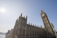 Vista di angolo basso di Big Ben e della costruzione del Parlamento contro il chiaro cielo a Londra, Inghilterra, Regno Unito Fotografia Stock