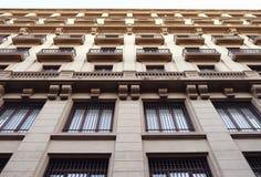 Vista di angolo basso di una costruzione alta di inizio del XX secolo, Barcellona, Spagna Fotografie Stock Libere da Diritti