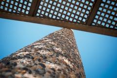 Vista di angolo basso su tonalità di legno del banco della disposizione dei posti a sedere con lo ston del ciottolo Immagine Stock