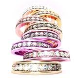 Vista di angolo basso su una pila di multi anelli di diamante colorati fotografia stock