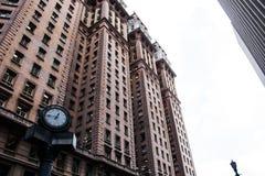 Vista di angolo basso di un edificio per uffici classico Fotografia Stock Libera da Diritti