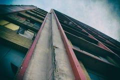 Vista di angolo basso di un edificio residenziale invecchiato Fotografie Stock
