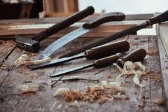 Vista di angolo basso di un'officina rustica di falegnameria immagine stock