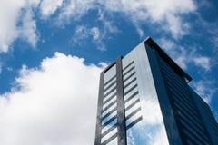 Vista di angolo basso di una costruzione corporativa con le finestre di vetro immagini stock libere da diritti