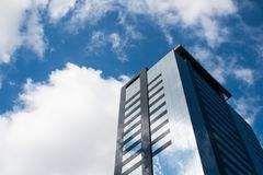 Vista di angolo basso di una costruzione corporativa con le finestre di vetro Fotografie Stock Libere da Diritti