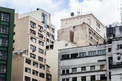 Vista di angolo basso di vecchie costruzioni concrete residenziali Fotografia Stock