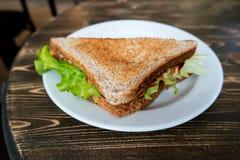 Vista di angolo del panino del circolo del triangolo sul piatto Fotografia Stock Libera da Diritti
