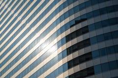 Vista di angolo di parte di sotto di prospettiva dell'edificio per uffici Fotografia Stock Libera da Diritti