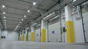 Vista di angolo fresca del portone automatico dentro il centro vuoto di logistica stock footage
