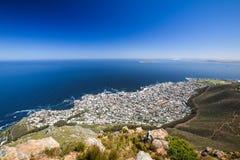 Vista di Anorama della periferia di Cape Town del punto del mare e del punto verde come pure della collina di Signall a destra Fotografia Stock