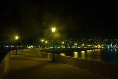 Vista di Argostoli, la capitale di notte dell'isola greca Kefalonia immagine stock libera da diritti