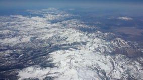 Vista di Arial che guarda giù sopra le montagne 2 di Snowy Fotografia Stock