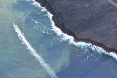 Vista di Arial del vulcano del Kilauea delle Hawai che versa nell'oceano Pacifico fotografia stock libera da diritti
