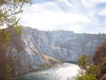 Vista di Arial delle alte montagne e del lago Fotografie Stock