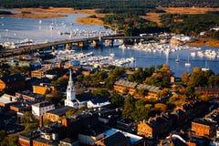 Vista di Arial di una città della Nuova Inghilterra nella caduta Immagine Stock