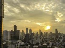 Vista di aumento della città del centro di Bangkok alta con il tramonto dietro la nuvola dentro Immagini Stock Libere da Diritti