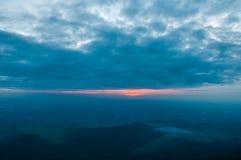 Vista di aumento di Sun sulla montagna Fotografie Stock