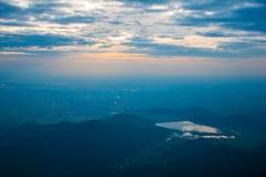 Vista di aumento di Sun sulla montagna Fotografia Stock Libera da Diritti