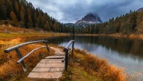 Vista di autunno con fogliame rosso delle alpi con il lago nel Tirolo Immagine Stock