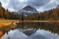 Vista di autunno con fogliame rosso delle alpi con il lago nel Tirolo Fotografie Stock Libere da Diritti