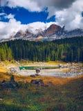 Vista di autunno con fogliame rosso delle alpi con il lago nel Tirolo Immagini Stock Libere da Diritti
