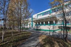 Vista di autunno di costruzione della biblioteca scientifica regionale di Kamchatka dalla S P Krasheninnikov immagine stock libera da diritti