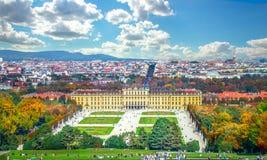 Vista di autunno del palazzo di Schonbrunn fotografia stock libera da diritti