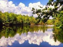 Vista di autunno del parco di stato di Burr Pond immagini stock libere da diritti