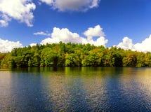 Vista di autunno del parco di stato di Burr Pond immagine stock