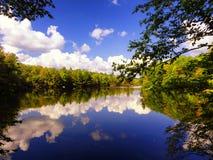 Vista di autunno del parco di stato di Burr Pond immagini stock