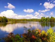 Vista di autunno del parco di stato di Burr Pond fotografia stock libera da diritti