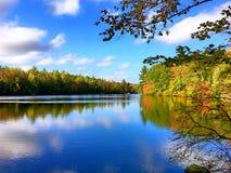 Vista di autunno del parco di stato di Burr Pond fotografie stock libere da diritti