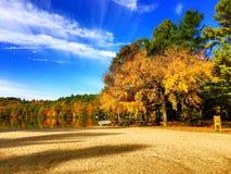 Vista di autunno del parco di stato di Burr Pond fotografia stock