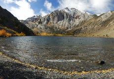 Vista di autunno di un lago della montagna Fotografia Stock Libera da Diritti