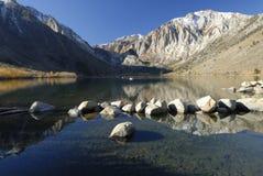 Vista di autunno di un lago della montagna Fotografie Stock