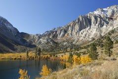 Vista di autunno di un lago della montagna Fotografie Stock Libere da Diritti