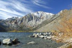 Vista di autunno in un lago della montagna Immagine Stock