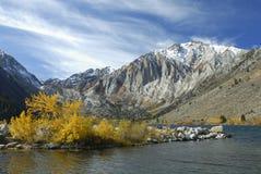 Vista di autunno in un lago della montagna Fotografia Stock Libera da Diritti