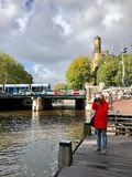 Vista di autunno di vecchio canale di Amsterdam fotografie stock