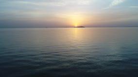 Vista di avanzamento dell'antenna dell'oceano calmo al tramonto stock footage
