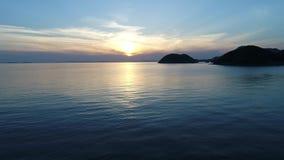 Vista di avanzamento dell'antenna dell'oceano calmo a sunset   archivi video