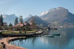 Vista di bacca d ?Annecy e delle montagne da Talloires in Francia immagine stock libera da diritti