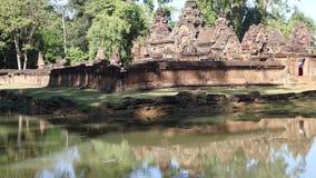 Vista di Banteay Srei dal fossato circostante video d archivio