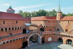 Vista di barbakan famoso a Cracovia, Polonia courtyard Parte della fortificazione del muro di cinta fotografia stock libera da diritti