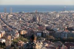 Vista di Barcellona dell'orologio della gente con Sagrada Familia sul termine principale Fotografia Stock Libera da Diritti