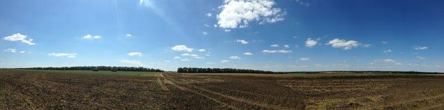 Vista di bei campi e prati agricoli nella campagna È un chiaro, giorno luminoso di autunno con cielo blu Fotografia Stock