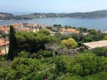 Vista di bella baia a Villefranche-sur-Mer fotografie stock libere da diritti