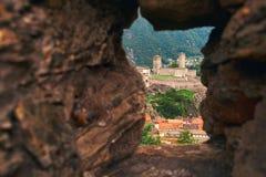 Vista di bella città di Bellinzona in Svizzera con Castelgrande dalla parete di pietra del castello di Montebello Fotografia Stock